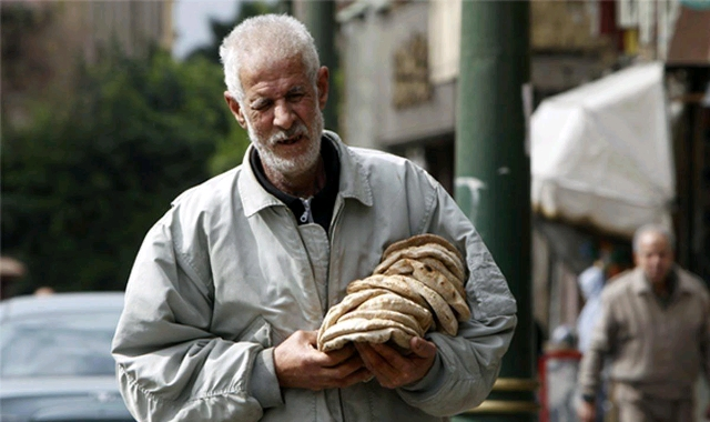 egyptian-man-buying-bread-bakery-economy_crop_640x380.jpg
